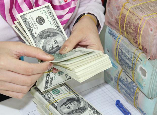 Giá USD tự do vượt ngưỡng kỷ lục 23.300 đồng
